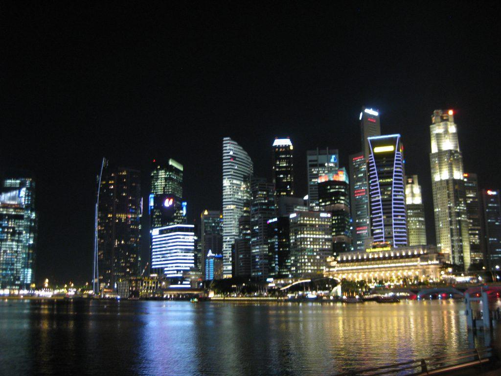 De skyline van Singapore