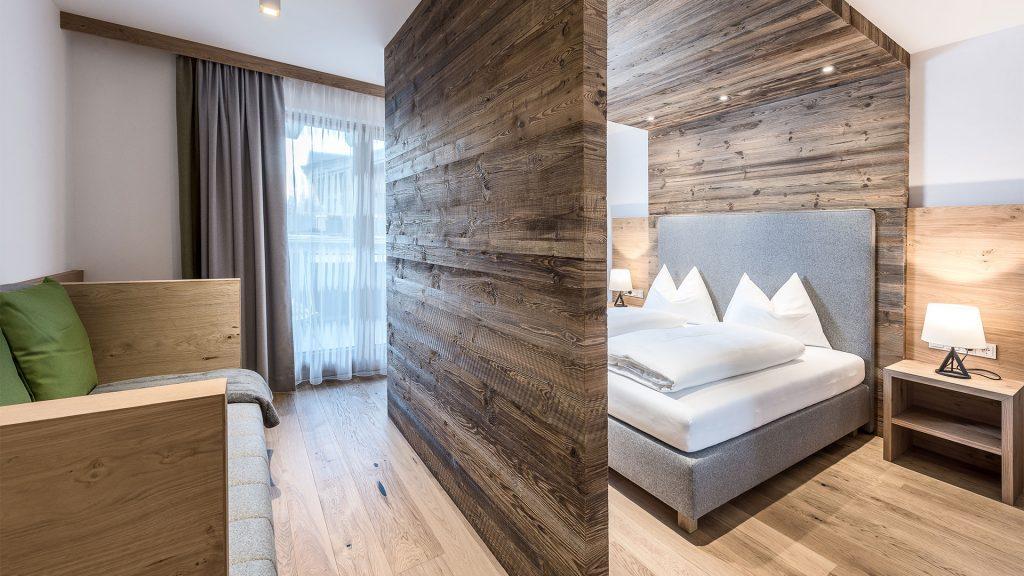 De hotelkamer met hemelbed